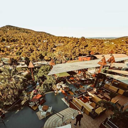 Cova Santa albergará exclusivas experiencias gastronómicas y música en vivo.