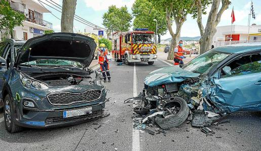 En el aparatoso siniestro se vieron implicados hasta tres vehículos que sufrieron graves daños y quedaron obstaculizando la avenida Portmany, el acceso a Sant Antoni.
