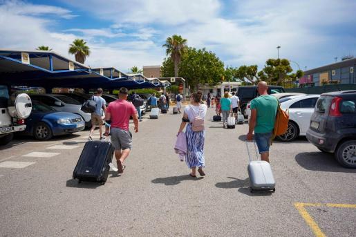 Imagen de turistas recién llegados esta semana al aeropuerto de Ibiza.