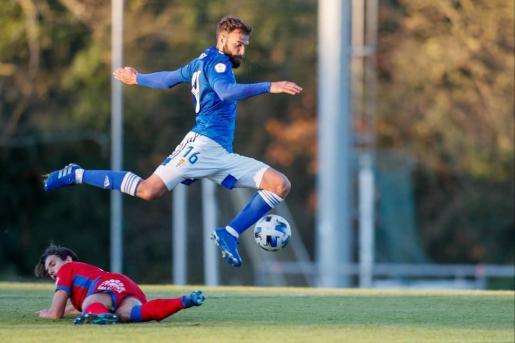Rober Sierra, en una acción con el Oviedo B.