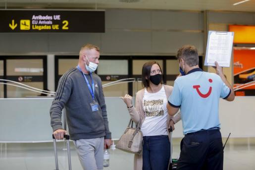 Turistas británicos, en el aeropuerto de Ibiza.