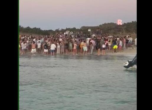 Aglomeración en la playa del Cavall d'en Borràs, el pasado viernes.
