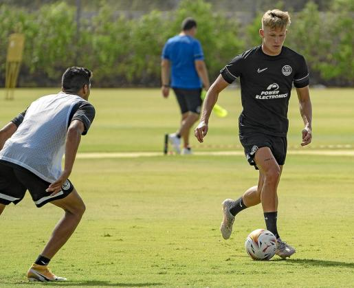 El polaco Piotr Bogusz conduce el balón durante un entrenamiento de la UD Ibiza durante su estancia en Cartagena.