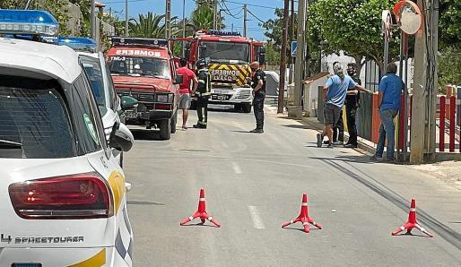 Bomberos, Guardia Civil y Policía Local de Sant Josep tras el incendio del pasado miércoles en sa Carroca.