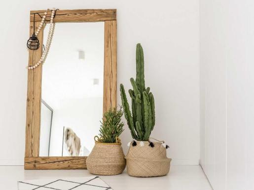 ¿Quieres una decoración boho? ¡Apuesta por los espejos de madera natural!