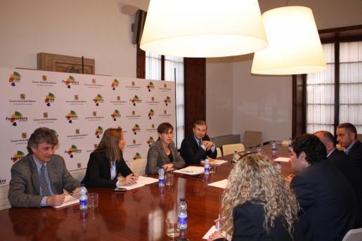 Miembros del Govern y del sector turístico, en la reunión celebrada esta mañana.