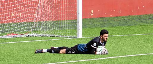 Javi Téllez aguanta el balón en sus manos tras una parada.