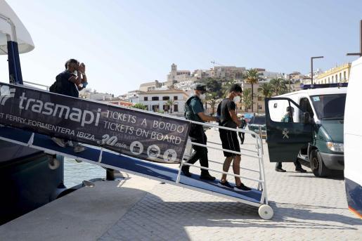 Los agentes trasladaron a media mañana al grupo interceptado de madrugada en Formentera.