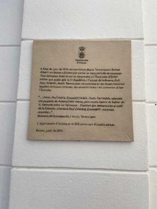 La placa colocada en la fachada lateral del bar La estrella.