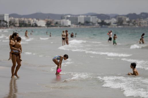 Niños jugando en una playa de Ibiza.