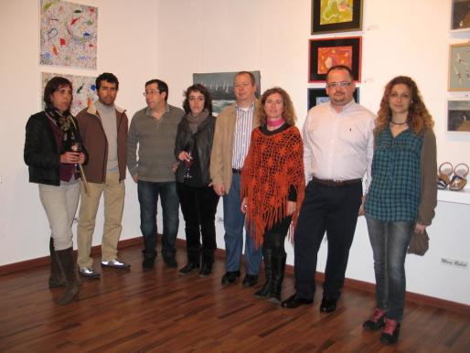 Pintores, diseñadores y creadores: Núria Gavin, Jaume Bagur, Maties Sansaloni, Març Rabal, Nito Serra, Kinia Barber y Laura Benítez con Carlos Truyol, en la exposición de la muestra en la galería de arte Xibau de Ferreries.