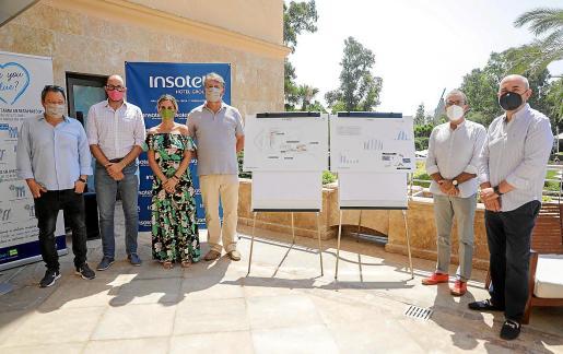 Javier Marí, CEO de Insotel, y el ingeniero Alfonso de Victoria junto a las autoridades .