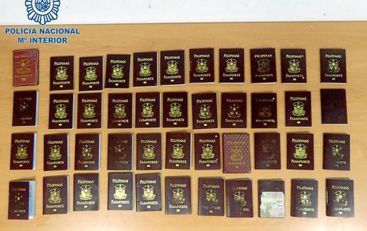 Pasaportes falsificados en Manila que han sido intervenidos por agentes del Cuerpo Nacional de Policía de Ibiza