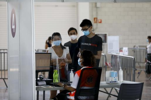 Varios jóvenes acuden a vacunarse al Recinto Ferial de Ibiza.