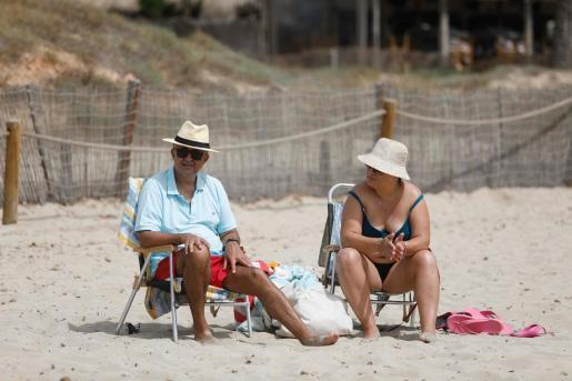 Una pareja disfruta de la playa en Ibiza.