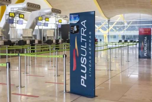Un panel muestra información sobre vuelos de la aerolínea Plus Ultra, en el aeropuerto de Madrid - Barajas Adolfo Suárez - Archivo