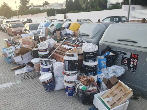 Vertido de decenas de kilos de basura en una calle de Santa Gertrudis.