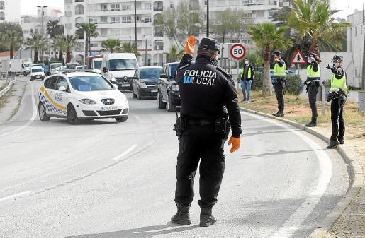 Agentes de la Policía Local de Vila durante un control en la entrada de Ibiza.