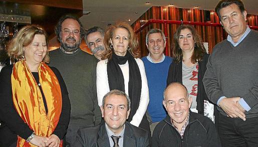 Celia Riba, Guillem Mas, Benet Bohigas, Margarita Salvá, Mateu Mesquida, Carmen Parra y Miguel Gual. Agachados: Pere Ollers y Pedro Aloy.