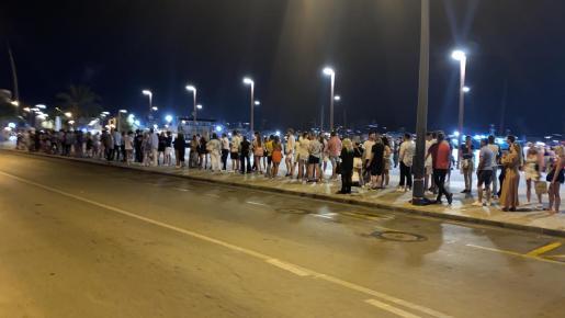 Largas colas para coger un taxi en Ibiza para regresar a sus diferentes alojamientos.