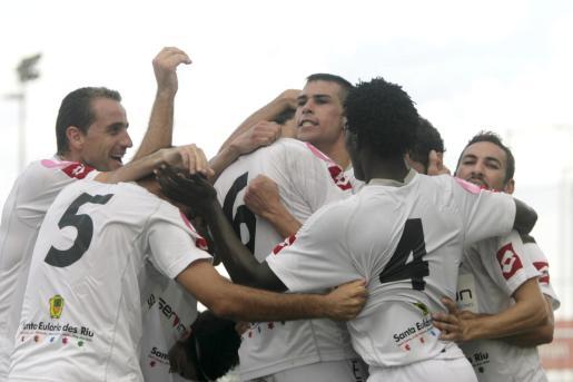 Carlos López celebra un gol con rabia y Raúl Salas (i) le observa con alegría.