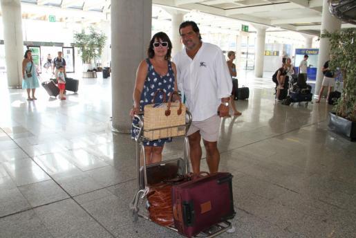 Carmen Martínez-Bordiú y José Campos, en el aeropuerto de Palma en agosto de 2010.