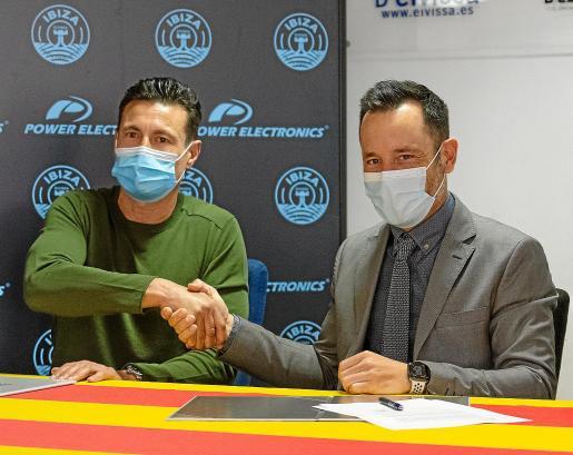 Amadeo Salvo, presidente de la UD Ibiza, y Rafa Ruiz, alcalde de Ibiza, durante la firma del convenio de cesión de Can Misses.