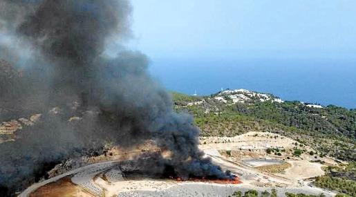 El incendio afectó a un punto de recogida de plástico y provocó una densa y enorme columna de humo que fue desapareciendo con los trabajos de extinción.
