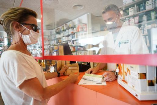 Las farmacias de Ibiza y Formentera iniciaron este viernes la venta de test de antígenos sin receta tras la aprobación de esta medida en el BOE. Estas pruebas, altamente demandadas a lo largo del día, permiten diagnosticar el coronavirus sin necesidad de que intervenga un profesional sanitario.