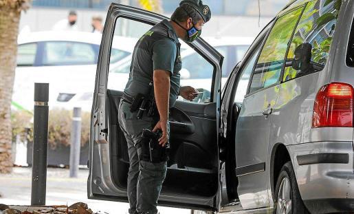 Imagen de archivo de un control de la Guardia Civil al transporte ilegal.