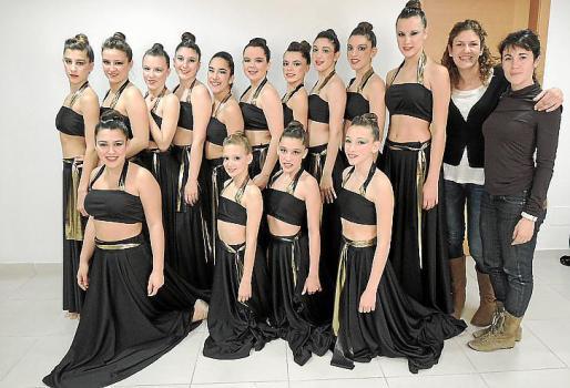 Las chicas del grupo de danza del centro Llucmajor Gimnàstic. Al frente de ellas sus monitoras, Inmaculada Monserrat y Patricia Romero.