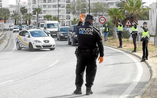 Un agente de la Policía Local de Vila regula el acceso a la ciudad durante la pandemia.