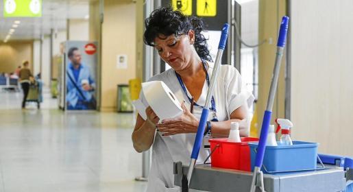 Una trabajadora de limpieza en el aeropuerto.