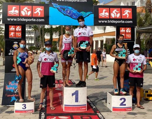 Una imagen del podio masculino y femenino del Aquatló Ciutat d'Eivissa.