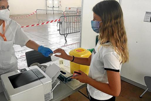 Los chicos y chicas de 12 a 15 años están acudiendo en buen número al recinto ferial de Ibiza para ser vacunados, lo que contribuirá a incrementar en pocos días el índice de inmunización de la población isleña.