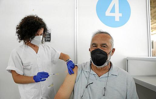 Diego Díaz, tras meses reclamándolo, consiguió ponerse la vacuna de Pfizer hace unos días. Sus patologías cardíacas, junto a las informaciones sobre problemas de trombosis, no le inspiraban confianza en otras vacunas.
