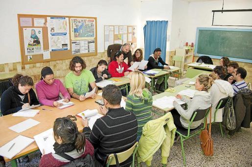 Alumnos durante el curso de catalán.