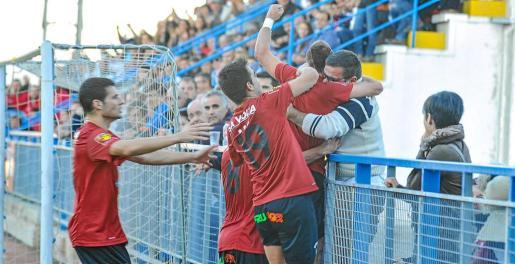 El Formentera (en la imagen, celebrando un gol en el derbi contra el San Rafael) jugará el 'play off', según todos los entrenadores de Tercera División.