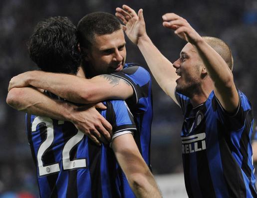 El jugador del Inter de Milán de Italia Diego Milito (i) celebra un gol con sus compañeros Thiago Motta (c) y Wesley Sneijder (d).