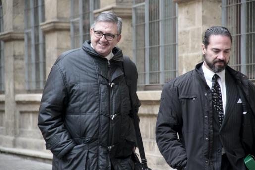 Carlos García Revenga, a la izquierda, ha llegado acompañado por su abogado, Enrique Molina.