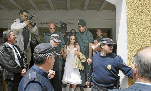 Stella Matutes escoltada por los cuerpos policiales el 23 de abril de 2006 durante las fiestas de Sant Jordi.
