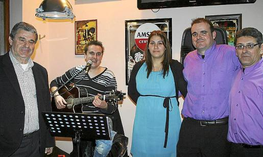 Manuel Romero Pérez, Jaime Gordiola, que animó la velada con su música; María Mateu, Manuel Romero -propietario del local- y José Ramón Martínez.