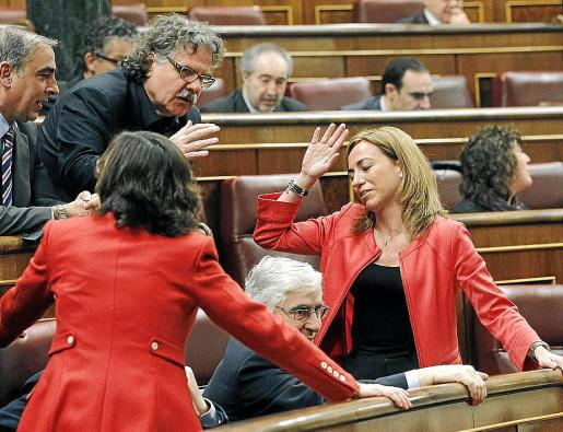 Carme Chacón conversando con Joan Tardà en presencia de otros diputados socialistas.