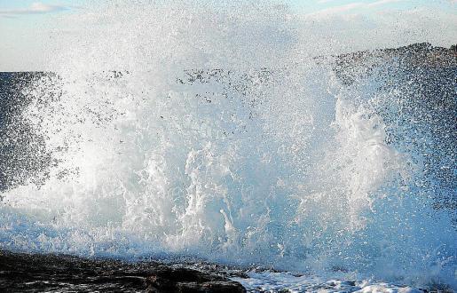 El viento dejó bellas estampas en zonas como la playa de Caló des moro.