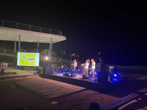 Este domingo por la nochese presentó el proyecto de vigilancia ambiental 'Es Voluntaris de sa Badia', durante el concierto ofrecido por el grupo LaCalle en el Auditorio Caló de s'Oli.