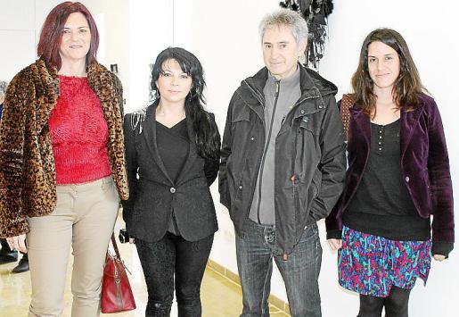 Catalina Vallés, Ximena Yutroni, una de las artistas que presentaba su obra en el Casal de Cultura Can Gelabert de Binissalem; Juli León y Blanca Alonso.
