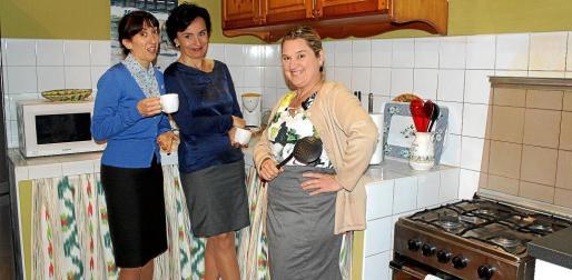 Lina Mira, Caterina Alorda y Apol·lònia Serra, ayer por la mañana, en uno de los descansos del rodaje que se realiza en una nave de Son Rossinyol.