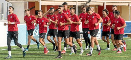 Los jugadores del Formentera trotan en el césped del Campo Municipal de Sant Francesc, ayer.