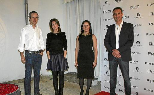 Beltrán Álvarez de Estrada y su esposa Luz Ortuza, Amada Salvá y Miguel Barceló.