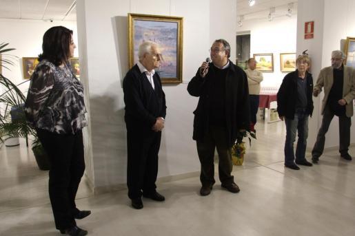 Prats Calbet, en el centro, en la inauguración de una de sus exposiciones.